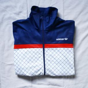 VINTAGE Adidas zipper. Storlek 38, liten i storleken. Bra skick och snygg. 56kr frakt!