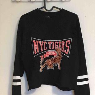 Sweatshirt med tryck och slitningar från ginatricot, använd ett fåtal gånger, vilket är varför den säljs Frakt ingår i priset