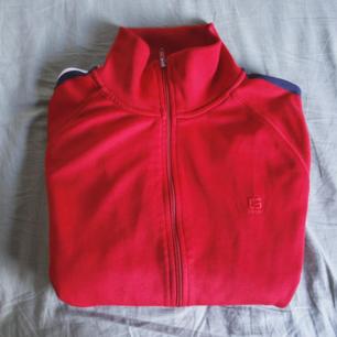 Röd zipper med randiga detaljer på ärmarna från Crooker, stl L. Frakt 56kr! Skriv vid frågor ✏️