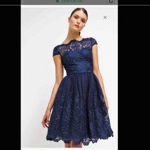 Bal / cocktail klänning , använd bara en gång. Perfekt skick. Köpt från Zalando märket Chi chi london. Storlek UK 6 passar som S.