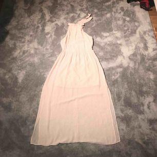 Ljusrosa långklänning. Perfekt till bal. Använd en gång och är i väldigt bra skick. Storlek 40. Säljs för 100kr. Du står för frakt om du inte har möjlighet att mötas upp i Stockholm.