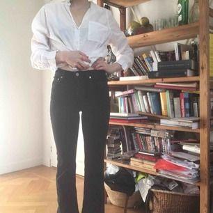 Jeans från Weekday i modellen KICK. Högmidjade och lite utsvängda nedtill, lite kortare i modellen, jag är 163cm lång. Sitter så fint! Men jag måste rensa garderoben:) Frakt tillkommer