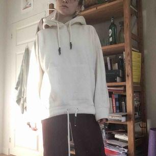 Mysig oversized hoodie från Zara med snöre som man kan dra åt längs midjan. Färgen är offwhite, knappt använd. Framt tillkommer