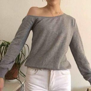 🧚🏻♀️Off one shoulder tjocktröja från NA-KD. Använd en gång.🧚🏻♀️ Frakt: 54 kr. Jag är 170 cm och brukar ha XS