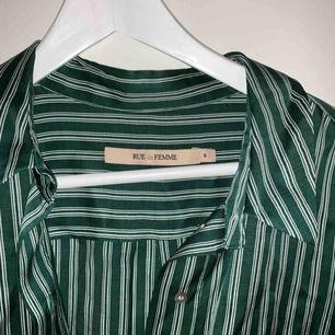 Lång grön randig skjorta från rue de femme! Frakt tillkommer 🌸