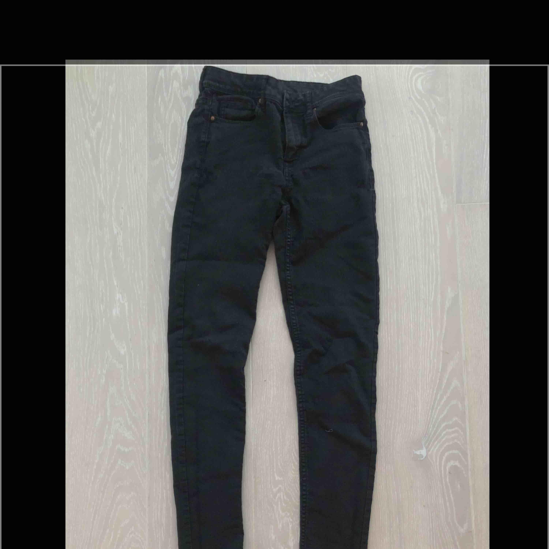 Svarta jeans från H&M i strl 36 endast testade . Jeans & Byxor.
