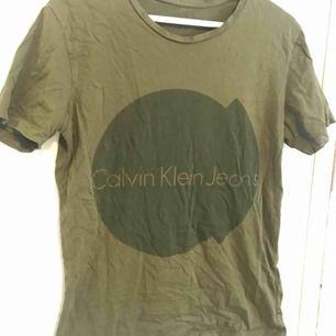 Grön Ck t-shirt. Knappt använd. Vid frakt betalar köparen den😌