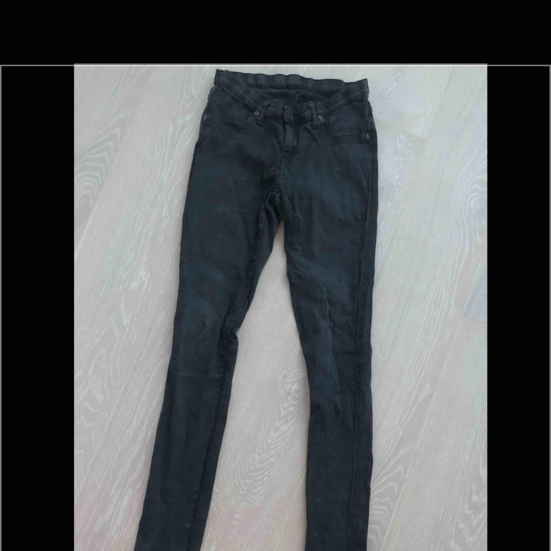 Mörkgråa jeans. Strl S. Stretchiga. Sparsamt använda. . Jeans & Byxor.