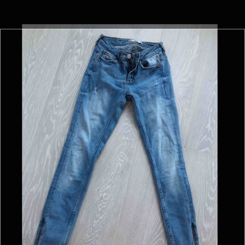 Jeans från GinaTricot med dragkedja nere i benen. Endast testade. . Jeans & Byxor.