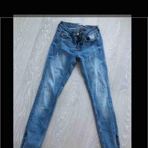 Jeans från GinaTricot med dragkedja nere i benen. Endast testade.