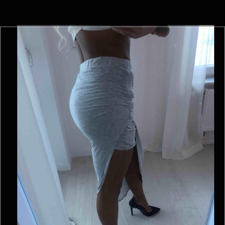 Grå kjol från Only, sparsamt använd. Strl XS. Stretchigt och skönt material! . Kjolar.