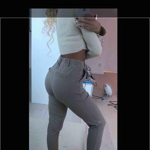 Beige/nude byxor från FashionNova