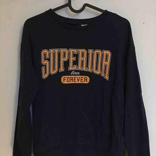 Mörkblå tröja med tryck från h&m, säljer då jag inte längre använder den men fortfarande bra kvalitet Frakt ingår i priset