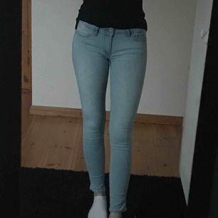 Nästan oanvända jeans från hollister, säljs då jag sällan har ljusa jeans, nypris 400kr Frakt ingår i priset