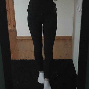 Svarta jeans från hollister, använda men fortfarande bra kvalitet, säljer då jag föredrar högre midja Frakt ingår i priset