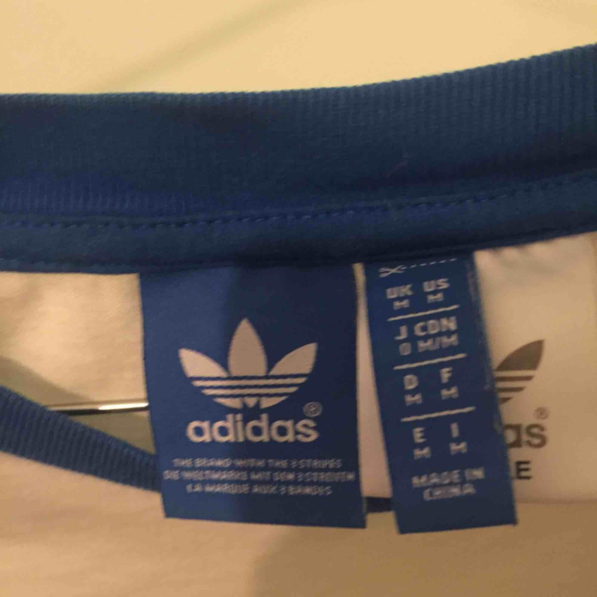 Äkta Adidas vintage, M men sitter även snyggt som oversize. Sidoränderna är tyvärr lite sönder, därav priset . T-shirts.