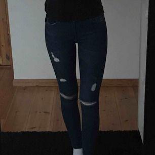 Mörkblåa slitna jeans från hm, använda ett fåtal gånger Frakt ingår i priset