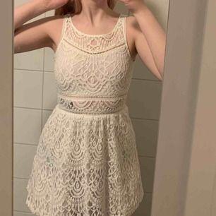 En jättefin spetsklänning som är använd max 4 gånger. Ej stretchigt material. Kan skickas men köparen står för frakten!🤠