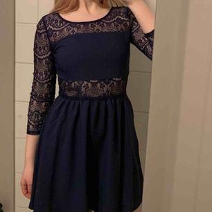 Superfin mörkblå spetsklänning som är använd fåtal gånger, superbra skick!! Kan skickas men köparen står för frakten!🤠