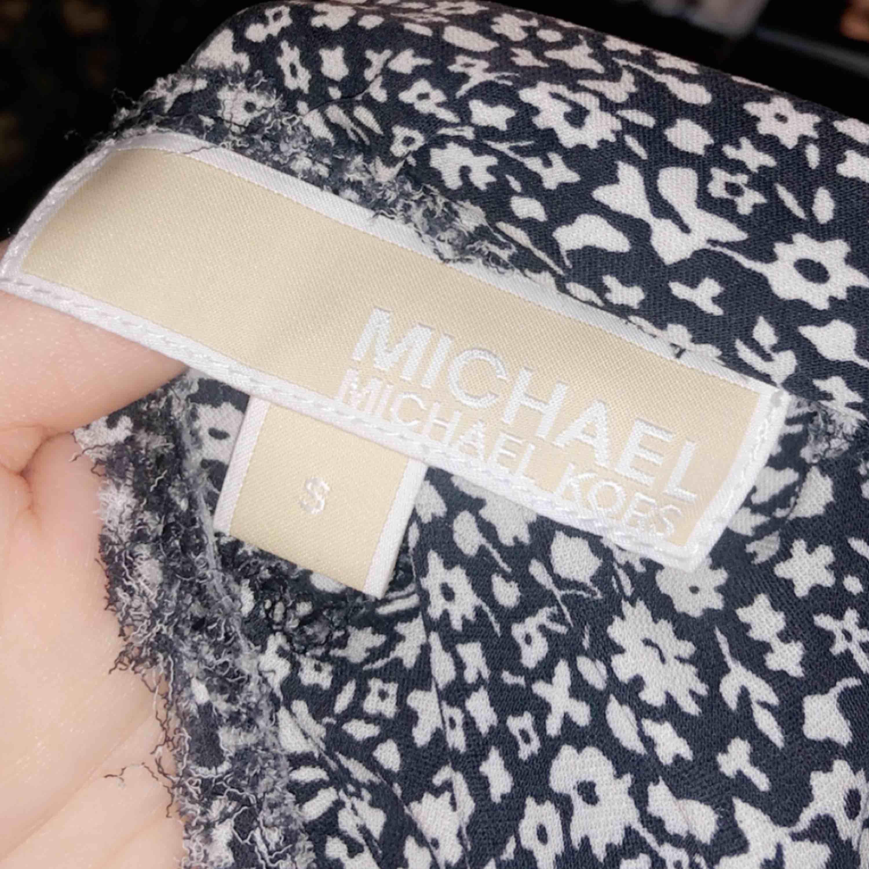 Säljer min blus från Michael Kors. Köpt i somras på nk för 800kr. Säljer för 400. Endast testad. Storlek s. Pris kan diskuteras.. Blusar.