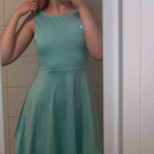 Superfin och skön turkos klänning med öppen rygg! Kan skickas men köparen står för frakten!🤠