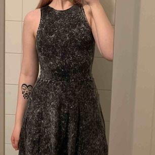 Snygg klänning med vintage/grunge-stil! Den har ett väldigt litet hål på ena sidan av kjolen men som är lätt att fixa! Kan skickas men köparen står för frakten!🤠