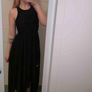 Superfin svart långklänning använd endast 1 gång! Fin spetsdel över ryggen. Kan skickas men köparen står för frakt!🤠