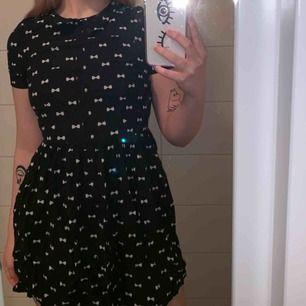 Söt klänning med tryck i form av rosetter! Fint skick! Kan skickas men köparen står för frakten!🤠