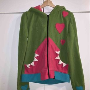 Mysig hoodie med gulligt monster! Använd max 5 gånger. Kan skickas men köparen står för frakten!🤠