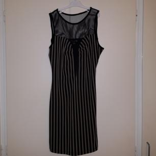 Randig klänning med mesh. Lite trådig vid axlarna men allt mesh är helt och klänningen är annars i bra skick.