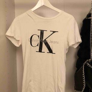 knappt använd calvin klein t shirt i bra skick kan frakta eller mötas upp i Örebro