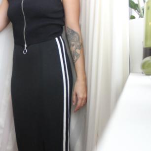 Säljer denna unik 90 tals kjol. Mjukisbyxor/strechig tygg. Ingen storlek men passar s skulle jag säga. Har fler bilder.88cm lång ungefär. Strech i midjan. Kan ha som hög i midjan eller normal.