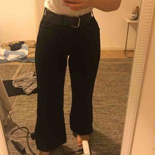 Finaste byxorna som existerar säljs pga flytt. Använder inte och nu när jag ska flytta så prioriteras det som används. Därför säljer jag dessa extremt snygga jeans, med en detalj ( dragkedja ) i slutet av varje ben. Frakt betalar du 🥰