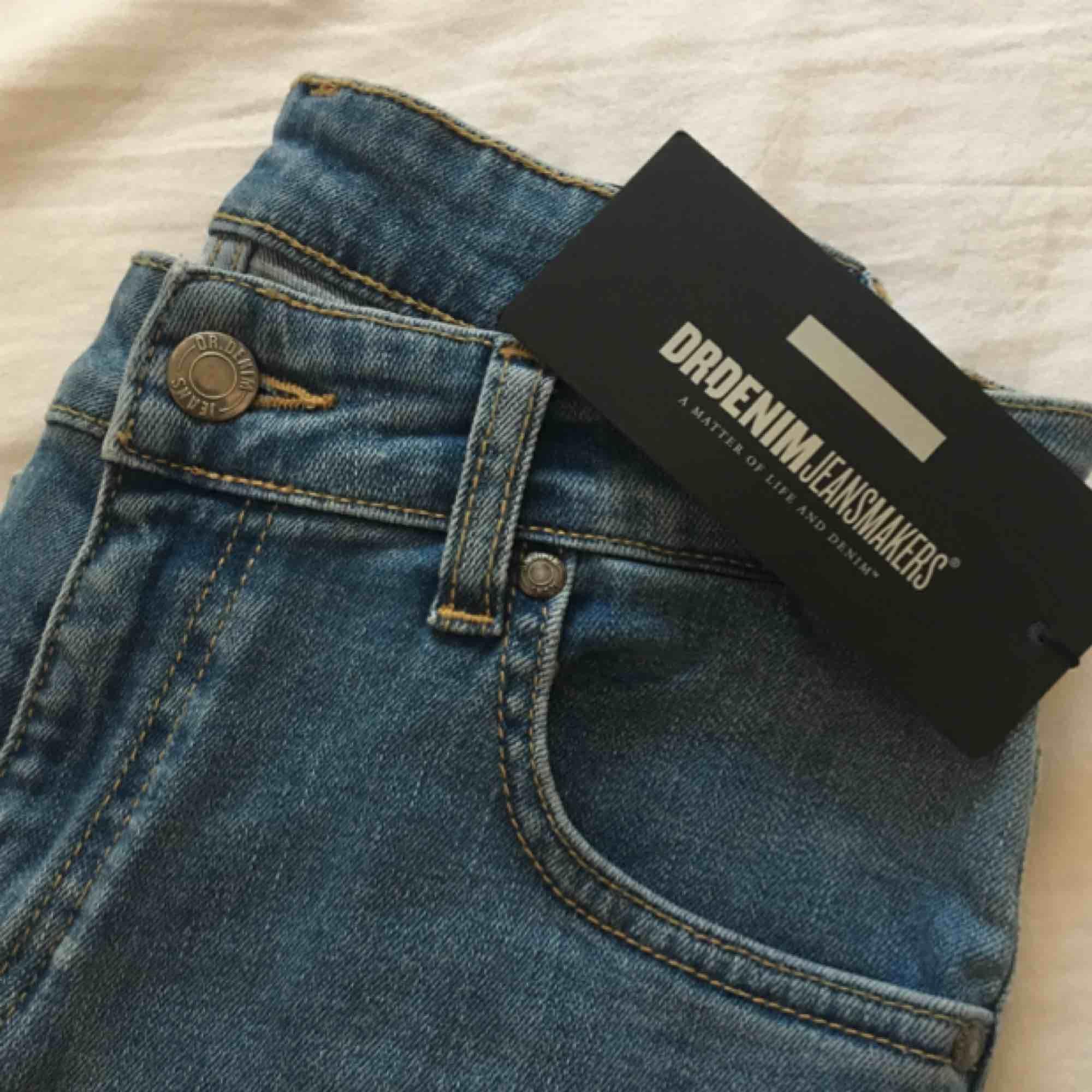 Nya oanvända dr.denim jeans med prislapp kvar. Säljes pga fel storlek. Högmidjade, skinny. Priset är inklusive frakt. Ordinarie pris: 600kr.. Jeans & Byxor.