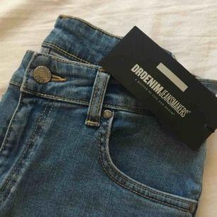 Nya oanvända dr.denim jeans med prislapp kvar. Säljes pga fel storlek. Högmidjade, skinny. Priset är inklusive frakt. Ordinarie pris: 600kr.