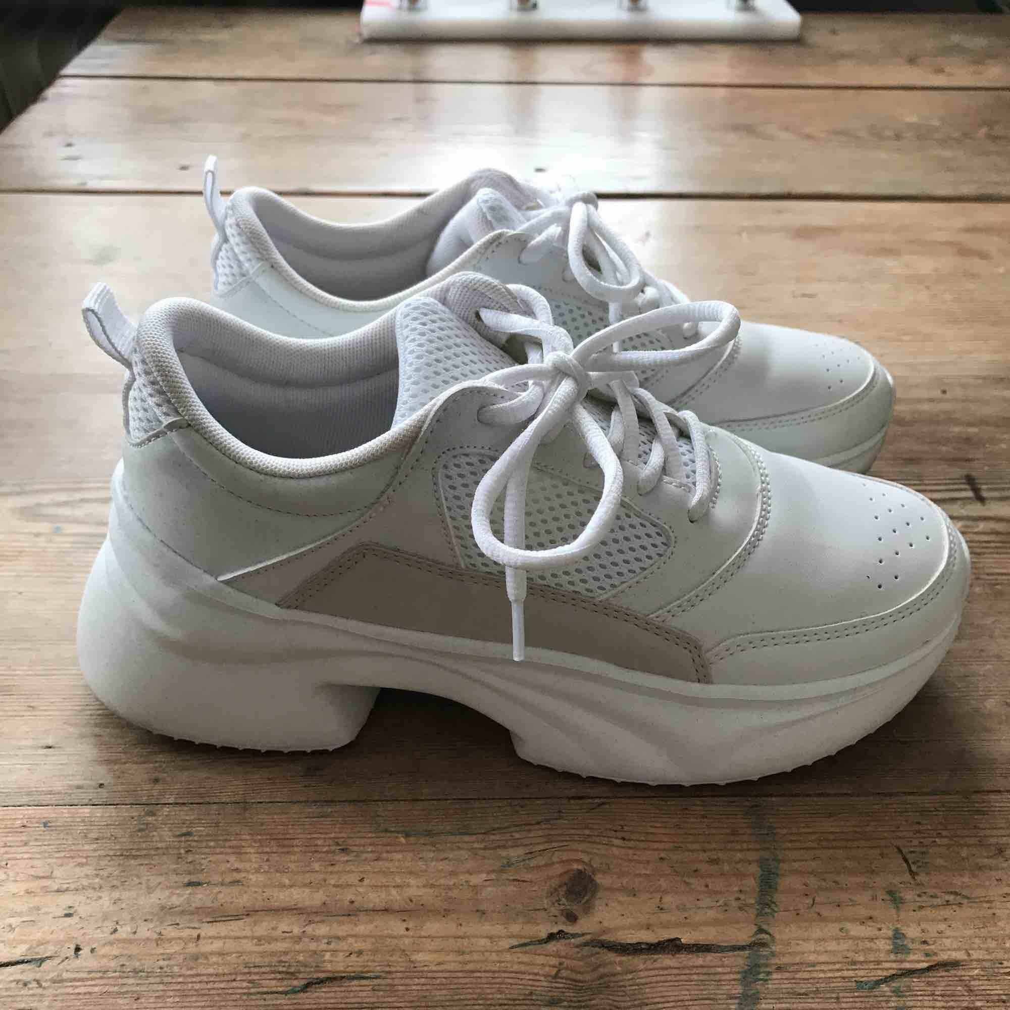 endast testade sneakers från Zara, sjukt bekväma men kommer aldrig till användning. Köparen står för frakt . Skor.