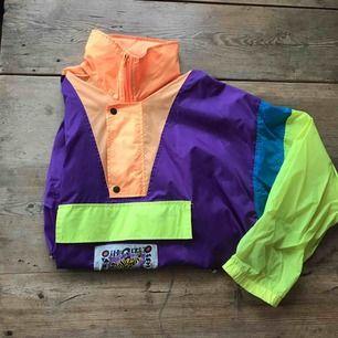 så sjukt snygg pullover från 90-talet skulle jag gissa på, aldrig använd av mig men köpt vintage, extremt bra skick fortfarande! (luva inbyggd i kragen) köparen står för frakt