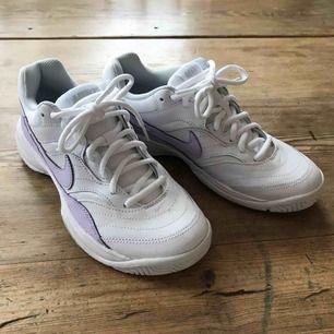endast testade nike court lite, vita med pastell lila detaljer. köparen står för frakt