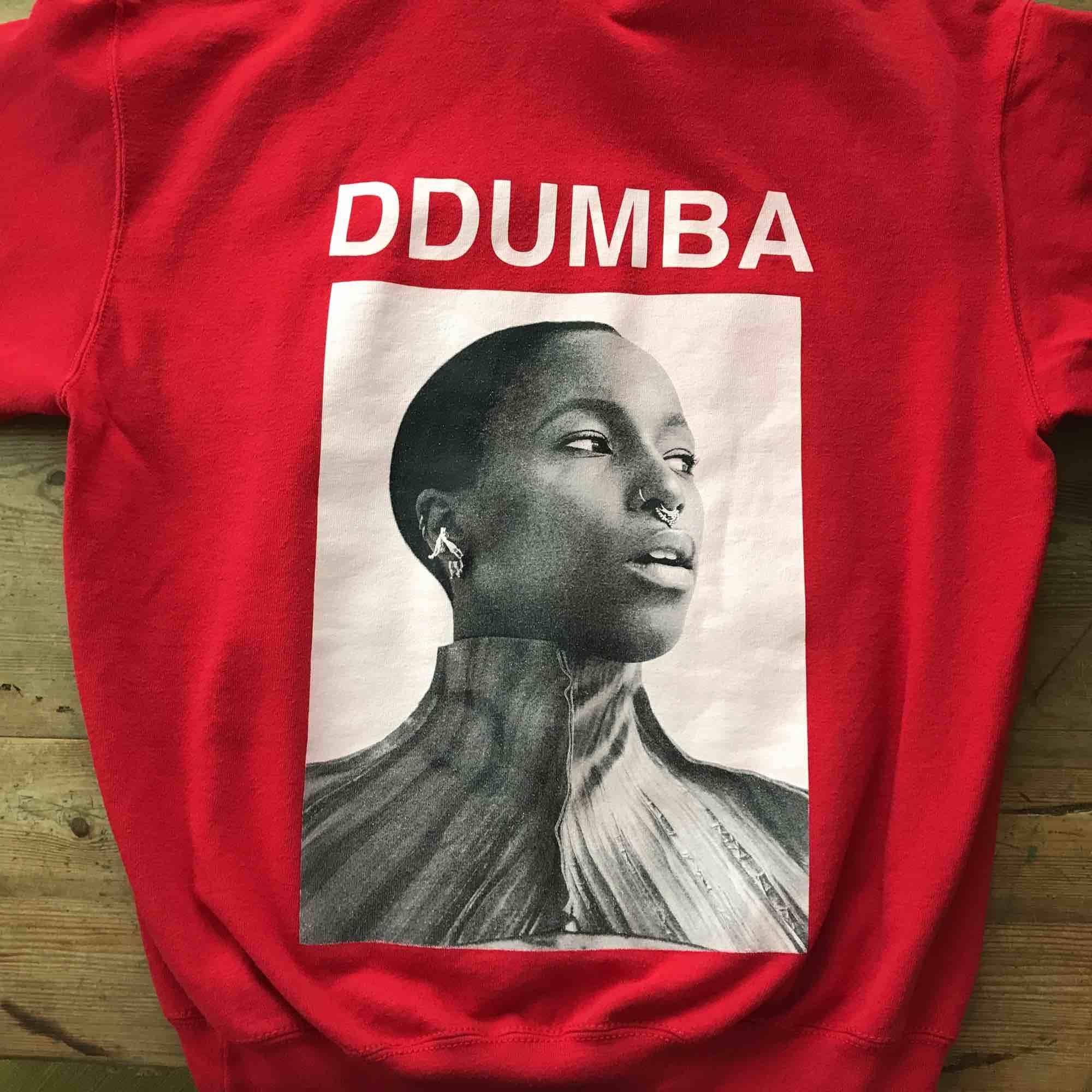 Sabina Ddumba hoodie, köptes på en av hennes spelningar. knappt använd. köparen står för frakt. Huvtröjor & Träningströjor.