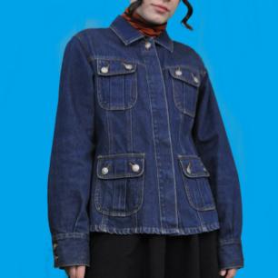 Superfin unik jeansjacka i 70-tals stuk. Dolda knappar och fin passform. Köparen står för frakten, samfraktar gärna 😊👍