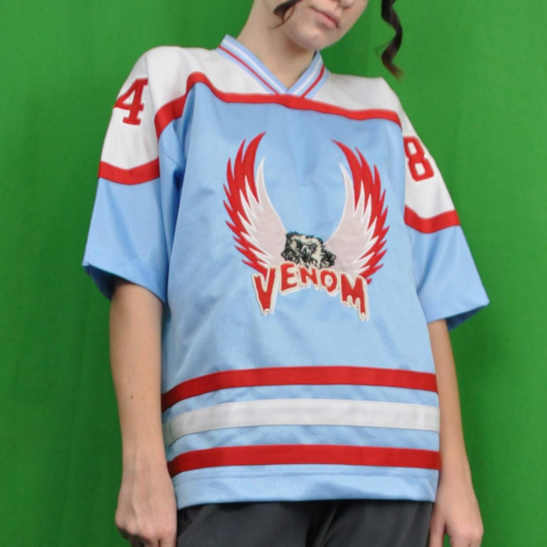 Cool sporttröja i stor barnstorlek, står ingen storlek men skulle säga att den passar som en xs/s. Köparen står för frakten, samfraktar gärna 👍😊. T-shirts.
