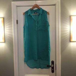 Transparent turkos lång blus med ficka