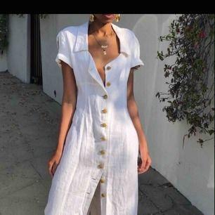 Söker klänningar, kjolar och skjortor. Gärna i bomull i stilrena färger!! Storlek M