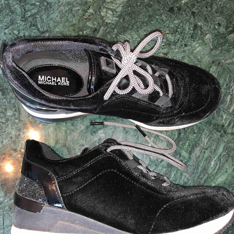 Svarta sneakers från Michael kors i sammet! Använd ett fåtal gånger så är i fint skick, frakt tillkommer 🌸. Skor.