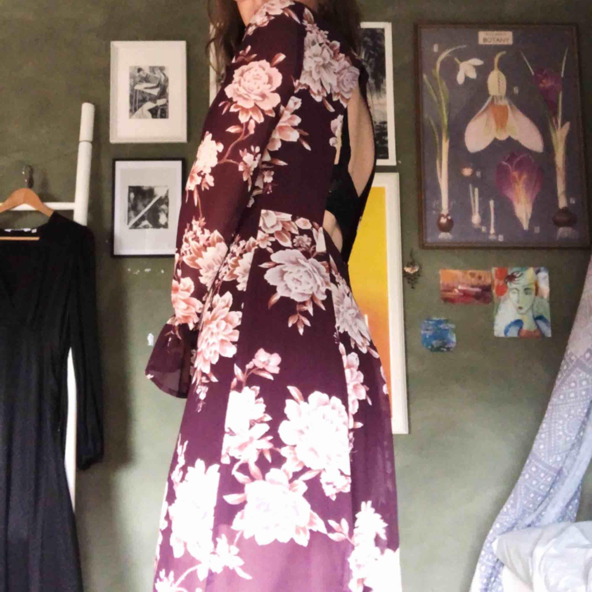 Såå fin lång klänning från Forever 21! Använd en gång så i felfritt skick🥰Den är öppen i ryggen & har ett så fint & skönt material💫 står inte för fraktkostnader:/ kan dock mötas upp i Malmö!. Klänningar.