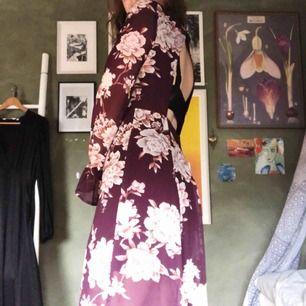 Såå fin lång klänning från Forever 21! Använd en gång så i felfritt skick🥰Den är öppen i ryggen & har ett så fint & skönt material💫 står inte för fraktkostnader:/ kan dock mötas upp i Malmö!