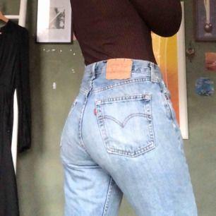 Såå nice Levis-jeans! Köpta på humana får ca ett år sen, de är lite slitna (texten på märket där bak är lite avskavt) Slitningar på båda benen där fram och fransiga längst ner💫skulle säga att de är strl 38/40! Köparen betalar frakt🥰