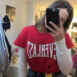 St. XL fast mer dom M!  Röd vintage t-shirt, köpt på second hand.  69kr + frakt