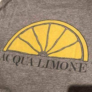 En fin Acqua limone t-shirt i storlek XS men passar mig som har S/M, köpt för 599kr. Priset är inklusive frakt och betalning via swish!🌸