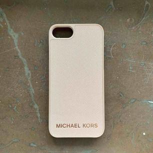 Oanvänt skal från Michael Kors till iPhone 7. Inga repor/skråmor etc överhuvudtaget.
